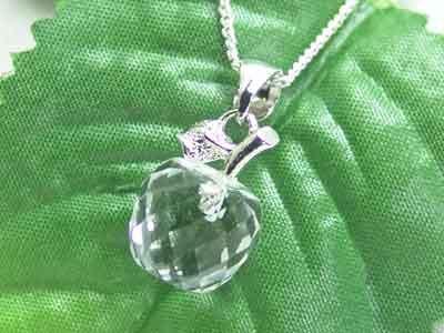 清らかな水晶の林檎ペンダント