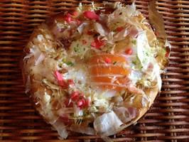 たまごを丸々1個使用したお好み焼きの様な惣菜パ...