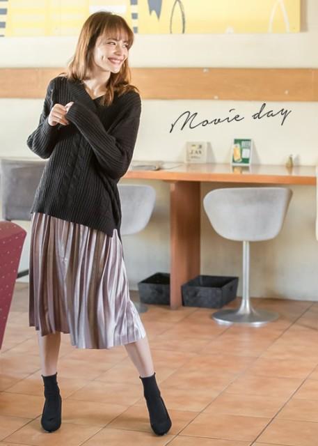 ヴィンテージライクな印象を後押しするベロアスカート。プリーツ加工によりさらに光沢感が増し、女性らしい艶っぽさを演出します。