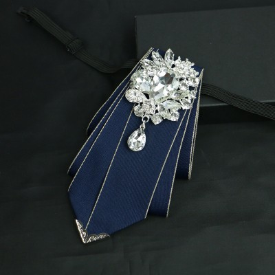 ネクタイ 短め ダイヤ風大きなビジューのブローチ...