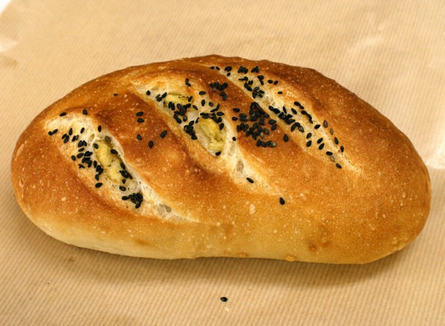 【さつまフランス】鹿児島産の角切りサツマイモを使用。一個食べればおなかいっぱい女性に人気のフランスパンです(1個約260g)