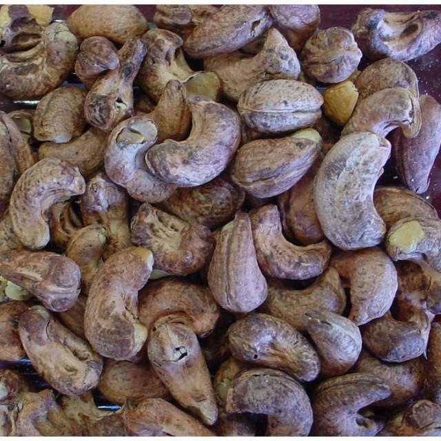 こだわりのバーが利用する皮付カシューナッツ500g 皮の渋みとカシューナッツの甘みをお楽しみください。