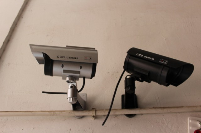 ゆうメール 送料無料 屋外用 ソーラーLED点滅 監視カメラ 偽 ダミー防犯カメラ シルバー ブラック 1075