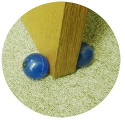 ドアストッパー ドアキュー  掃除、清掃のドア止め、扉止め、ドアストップに  ゴムボールで床も扉も傷つけない。ゴム紐でつながった2個の