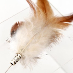 2個1000円引き//ナチュラルカラー羽飾りハットピン/ブローチ/メンズレディース ipin0021