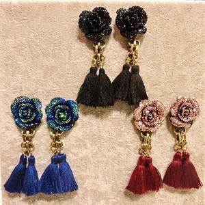 ビジューローズフリンジピアス/1ペア 薔薇のピアスにふりふりのフリンジチャームが揺れる バラ 花 フラワー レディース キラキラ 結婚式