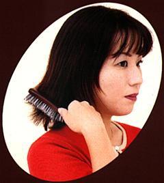 〔話題の商品〕トルマリン効果で頭皮と髪を健康に!「松鉱石ロールブラシ」