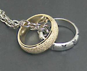 金銀二つの指輪☆ツインリングのペンダントM3