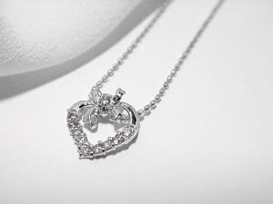 ダイヤモンドハートにリボンが可愛い★K18WGペンダントネックレス