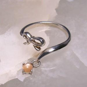 リボンと揺れるオレンジムーンストーンシルバーリング フリーサイズ(3〜7号) /レディース/シルバーアクセサリー/指輪/6月/誕生石/月長石