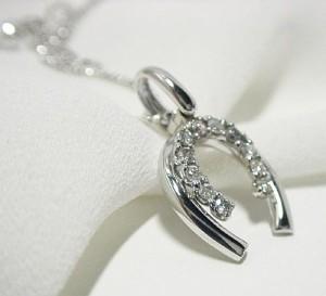 都会派大人の0.2ctダイヤモンド馬蹄K18WGネックレス
