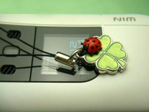 幸運を呼ぶ♪四葉クローバーとてんとう虫の携帯ストラップ(ライトグリーン)