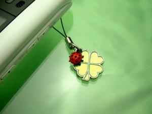 幸運を呼ぶ♪四葉クローバーとてんとう虫の携帯ストラップ(グリーン)