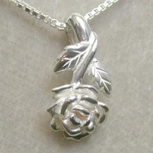 薔薇のシルバーネックレス