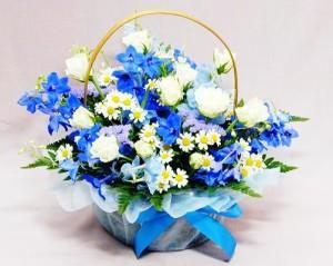 ホワイトブルーのアレンジ白バラとデルフィ