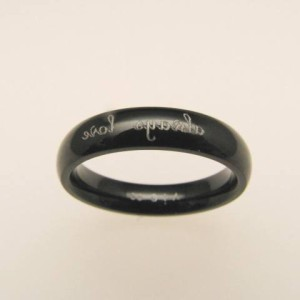 【vie】鏡文字が入ったブラック加工のステンレスリング。丈夫で変色もない、アレルギーフリーのジュエリーです。