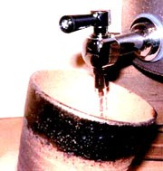 【贈り物限定】送料無料!焼酎セット豪華版!焼酎サーバー+焼酎ペアカップ大 長期樫樽貯 麦焼酎