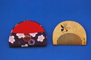 本つげ櫛半月型(透かし彫り) 蝶々B 細目(ケース付き)