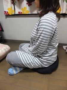 【送料別】背筋を伸ばし正しい姿勢で座りましょう☆あぐら用クッション(AJ501)☆