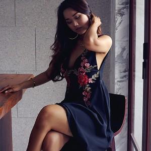 ワンピース 2017夏 新しい セクシー ローカットドレス 野生の花の刺繍 深いVのドレス