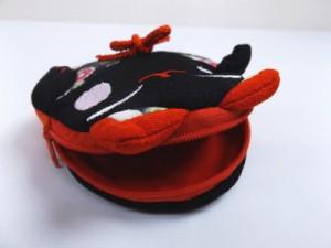 和小物 招き猫ちりめんポーチ(お化粧・コスメ・小物入れ)黒赤