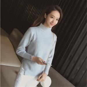 ハイネックと少しゆったりとしたフィット感がかわいいセーター