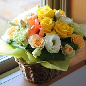アリスイエロー M 黄色オレンジ系の上品なアレンジメント。【送料無料】 誕生日/お祝/花/プレゼント/送別会/退職祝い/お見舞い
