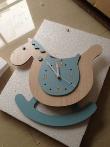 掛け時計 かわいい 木馬 振り子式 (ブルー)