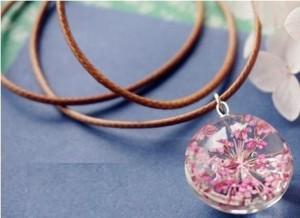 【お取り寄せ】ネックレス ガラス玉 押し花風 ピンクのお花入り (革紐風)