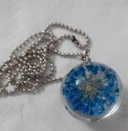 ネックレス ガラス玉 押し花風 ブルーのお花入り (チェーン)