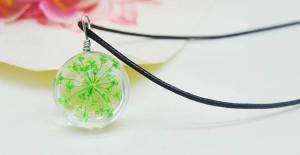 【お取り寄せ】ネックレス ガラス玉 押し花風 グリーンのお花入り (革紐風)