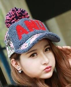 【お取り寄せ】キャップ 帽子 花柄 AND ボンボン付き ふんわり ボア (文字色レッド)