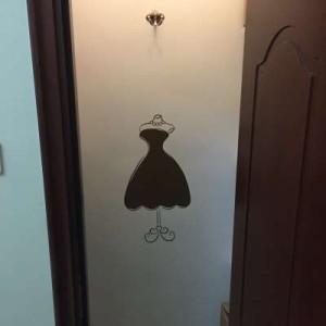 【お取り寄せ】ウォールステッカー ファッション パールネックレス付きドレス バッグ シューズ (ブラウン)