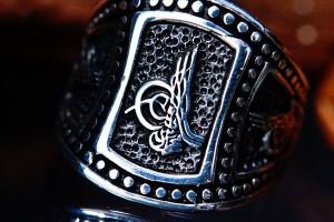 ロイヤルキングダムエンブレム(紋章) 3面レリーフ ダークブラック燻し部分仕上げ 銀の鋲彫り シルバー925 メンズリング