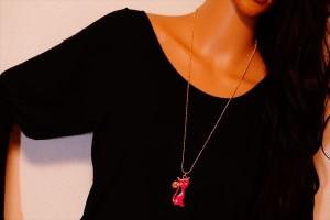 おすわりセレブキャット(ネコ)デザイン ピンクカラー&ピンクゴールドカラーアクリル樹脂 レディース ペンダント ネックレス