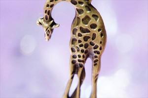 キリンモチーフ 模様彫りデザイン アンティークゴールドカラー レディース ペンダント ネックレス【ボールチェーン付き】
