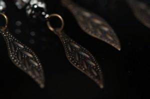アジアン・エスニック 孔雀デザイン ホワイト&ブラックマーブルビーズ フェザー彫り模様フックピアス
