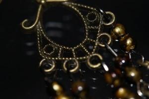 アジアン・エスニック 揺らめくリーフデザイン ゴールド&ブラック&レッドラインマーブルビーズ アンティーク風フックピアス
