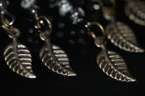 アジアン・エスニック 揺らめくリーフデザイン ブラック&ホワイトマーブルビーズ アンティーク風フックピアス