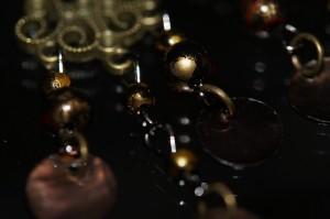 アジアン・エスニック シェル仕上げ風 ゴールド&ブラックマーブルビーズ ベルスクロールデザインフックピアス