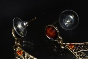 アジアン・エスニック ティアドロップタイプ ブラックライン入りオーバルカットブラウンガラス&オレンジカットビーズ スタッドピアス