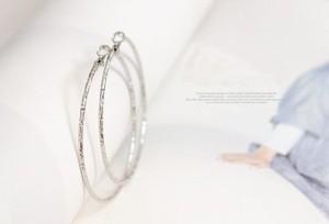 スパイラルアクセント シンプルデザイン真円フープピアス(細身の2mm幅)【イエローゴールドorシルバー】