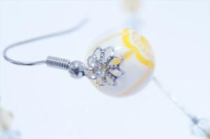 花柄ミルキーイエローとんぼ玉 ビーズ付き2スティックドロップデザイン アメリカンフックピアス