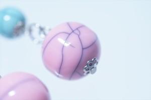 揺れるクラック柄ブルー&ピンクボール ドロップデザイン ジュエリー系アメリカンフックピアス