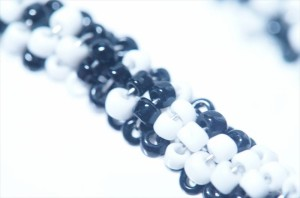 ブラック&ホワイト2トーンカラービーズ編み込みスティックデザイン ジュエリー系アメリカンフックピアス