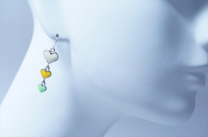揺れるホワイト&イエロー&グリーン3連ハートドロップデザイン ジュエリー系アメリカンフックピアス