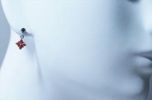 四つ葉のスカーレットフラワーデザイン 艶消しマット仕上げ 揺れるスタッドピアス