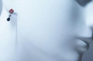 五つ葉のスカーレットフラワー&ティアドロップデザイン 艶消しマット仕上げ 揺れるスタッドピアス