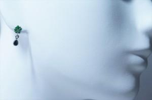 五つ葉のグリーンフラワー&ティアドロップデザイン 艶消しマット仕上げ 揺れるスタッドピアス