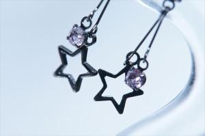 ブラック星型フレーム&ストリングス パステルピンクキュービックジルコニア ジュエリー系スタッドピアス